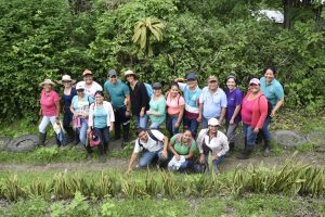 Teacher participants in Ecuador institute gather for outdoor group photo during institute